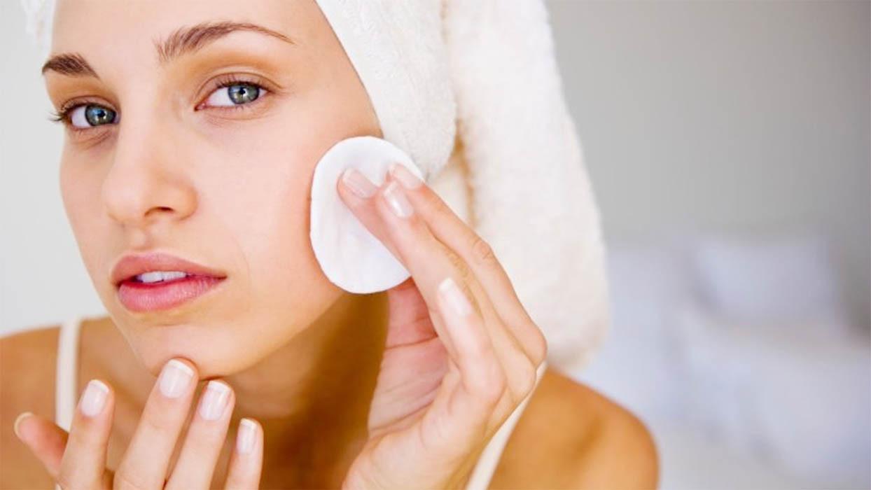 Различные типы вяжущих косметических продуктов для кожи лица